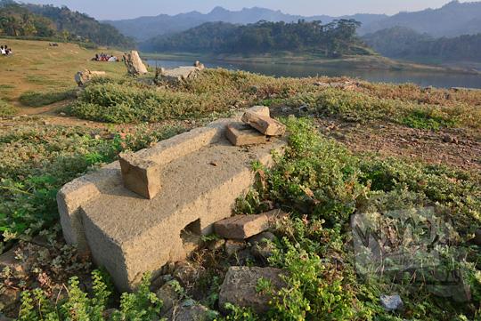 nisan-nisan tergeletak di taman bambu air waduk sermo kulon progo