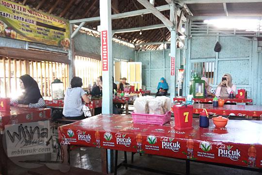 suasana dalam warung soto kemangi moneter bu titik ringroad timur kotagede