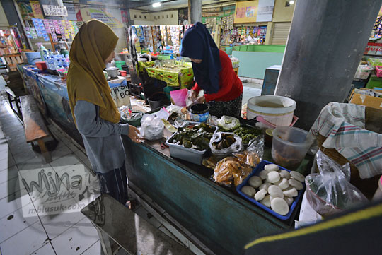 penjual jajanan pasar lantai 2 pasar tawangmangu