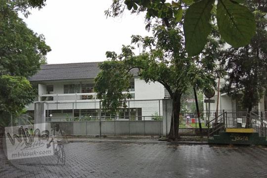 halte portabel bus transjogja di utara fakultas biologi ugm tepatnya jalan teknika selatan