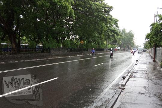 suasana jalan pancasila atau jalan kaliurang bawah di kawasan ugm ketika hujan