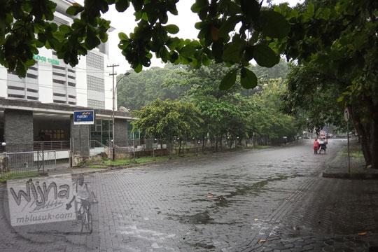 suasana jalan teknika selatan di kawasan ugm ketika hujan