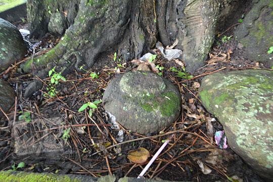 batu di bawah pohon asam besar yang terletak di pinggir tanggul waduk lalung karanganyar