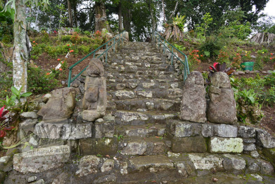 empat arca dwarapala di tangga situs menggung dusun nglurah tawangmangu karanganyar jawa tengah