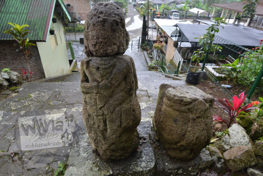 sisi belakang arca dwarapala yang berada di tangga situs menggung dusun nglurah tawangmangu karanganyar jawa tengah