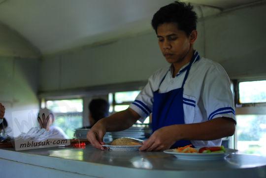 menyiapkan nasi goreng restorasi kereta lodaya pada November 2010