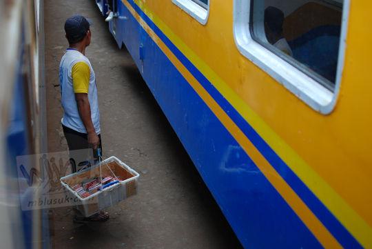 pedagang asongan stasiun cipendeuy pada November 2010
