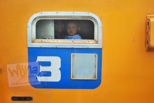 bayi mengintip jendela kereta pada November 2010