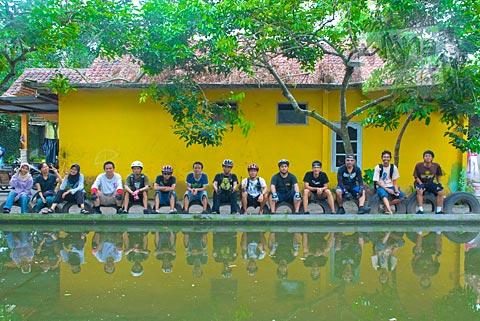 teman-teman SPSS berfoto bersama di kolam anakan ikan Paimo, di Plosokuning, Minomartani, Ngaglik, Yogyakarta pada tahun 2010