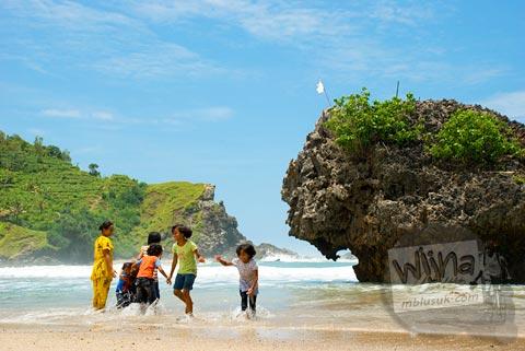 Anak-anak desa bermain di bibir pantai siung, Gunungkidul di tahun 2008