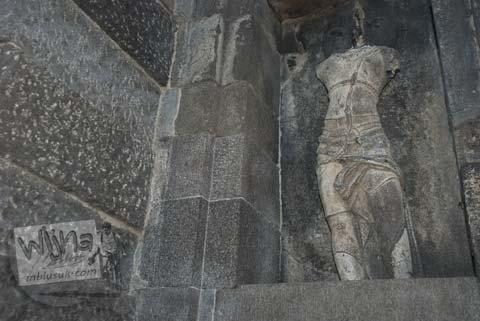 Foto kepala hilang arca nandiswara di Candi Gebang di tahun 2008