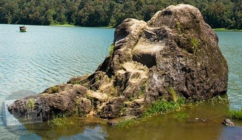 Wujud Batu Cinta dari Mitos Ki Santang dan Dewi Rengganis yang ada di Situ Patengan, Ciwidey, Bandung Selatan tahun 2008