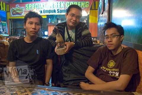 Pelanggan menilai rasa bebek goreng Mbah Wongso cabang Yogyakarta di Jl. Adisucipto di tahun 2009