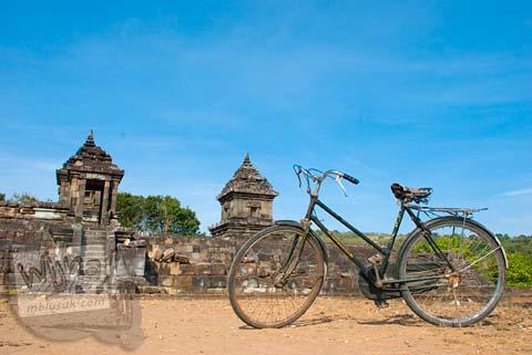 Foto sepeda onthel zaman dulu di Candi Barong di tahun 2008
