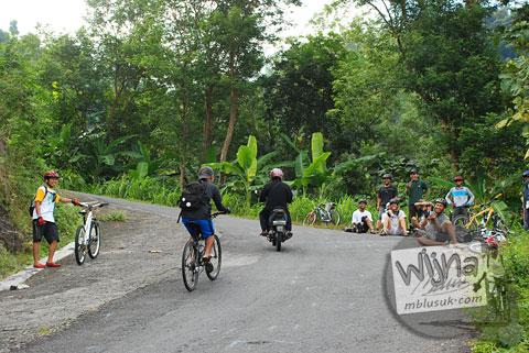 Bayu Indratomo di ruas jalur tanjakan Cinomati desa Wonolelo-Terong, Bantul di tahun 2009
