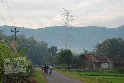 Foto ruas jalur tanjakan Cinomati desa Wonolelo-Terong, Bantul dari kejauhan di tahun 2009