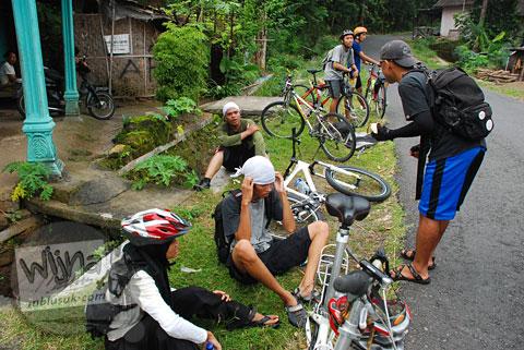 Mbah Gundul memeriksa kawan pesepeda di ruas jalur tanjakan Cinomati desa Wonolelo-Terong, Bantul di tahun 2009
