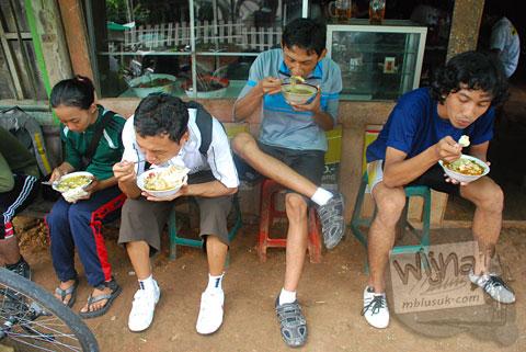 Makan soto murah enak di warung dekat puncak tanjakan Cinomati desa Wonolelo-Terong, Bantul di tahun 2009