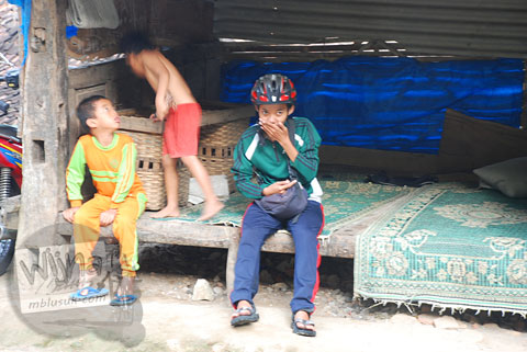 Dani Iswahyuni muntah-muntah di ruas jalur tanjakan Cinomati desa Wonolelo-Terong, Bantul di tahun 2009