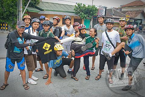 Foto kawan SPSS di RM Padang Giwangan sebelum melibas ruas jalur tanjakan Cinomati desa Wonolelo-Terong, Bantul di tahun 2009