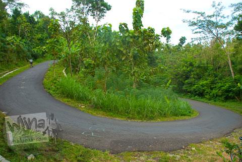 Foto tikungan maut irung (hidung) petruk di ruas jalur tanjakan Cinomati desa Wonolelo-Terong, Bantul di tahun 2009