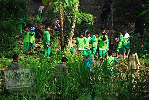 siswa-siswi SD diajak para guru mendaki gunung Suru untuk mengenal lebih dekat penyebab Fenomena Crop Circle Berbah pada tahun 2011