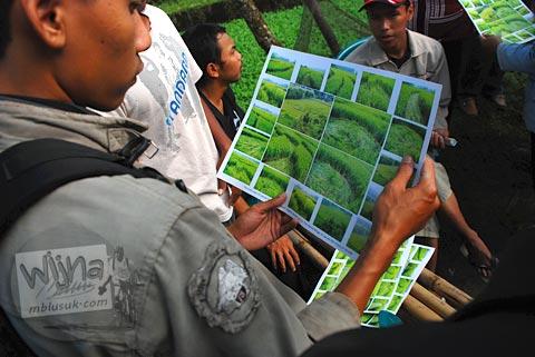 Warga berjualan foto-foto Fenomena Crop Circle Berbah pada tahun 2011