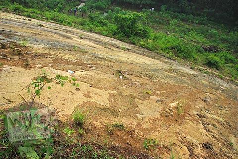 Tebing curam Gunung Suru yang mengakibatkan pengunjung Fenomena Crop Circle Berbah tewas pada tahun 2011