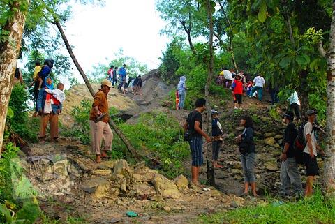 Banyak warga mendaki gunung Suru untuk melihat Fenomena Crop Circle Berbah dari ketinggian pada tahun 2011