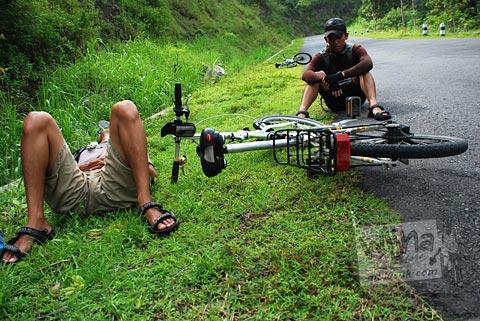 Pesepeda terkapar selepas menuntun sepeda di tanjakan beringin curam Gua Kiskendo menuju Curug Siklothok, Kaligono, Kaligesing, Purworejo pada tahun 2011