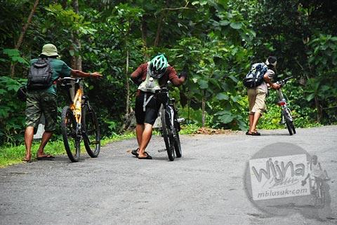Menuntun sepeda di tanjakan beringin curam Gua Kiskendo menuju Curug Siklothok, Kaligono, Kaligesing, Purworejo pada tahun 2011