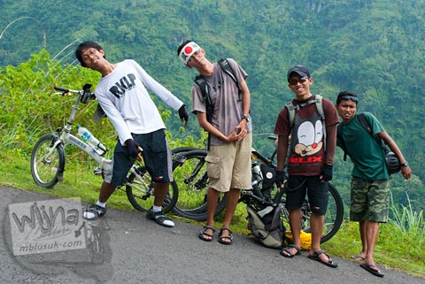 Pesepeda PEKOK bersepeda menuju Curug Siklothok, Kaligono, Kaligesing, Purworejo pada tahun 2011