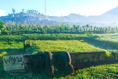 Sisa pondasi bangunan Candi perwara yang terletak di dekat Candi Setyaki, Dieng, Banjarnegara, Jawa Tengah