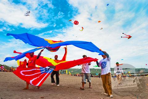 layang-layang yang diterbangkan di pantai parangkusumo, bantul, yogyakarta berat dan diusung banyak orang