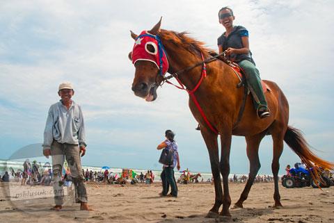 indomielezat baru sekali ini naik kuda di pantai parangkusumo, bantul, yogyakarta