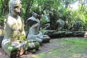 Lima Arca Buddha Berjejer di Halaman
