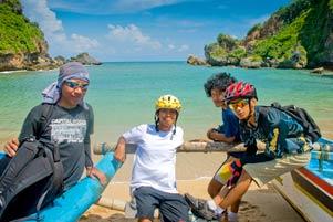 Empat Perjaka ke Pantai Ngrenehan