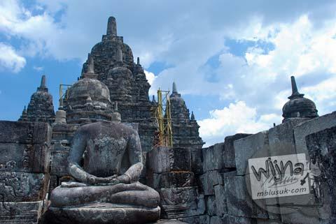 Foto Arca Buddha Tanpa Kepala di Candi Sewu, Prambanan pada September 2009