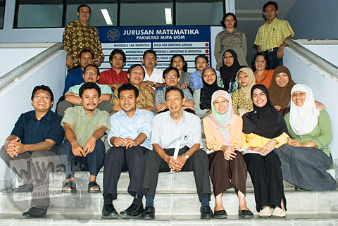 Foto para dosen program studi matematika fmipa UGM di tangga gedung lantai 3 tahun 2008