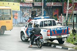 Mobil Polisi di Trotoar