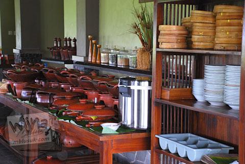Menu prasmanan di rumah makan Bale Padi di Jl. Kadilangu, Baki Pandeyan, Sukoharjo pada tahun 2009