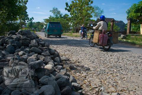 Jalan Raya rusak di perbatasn kabupaten Gunungkidul dengan kabupaten Sukoharjo terkait kasus korupsi Sukoharjo