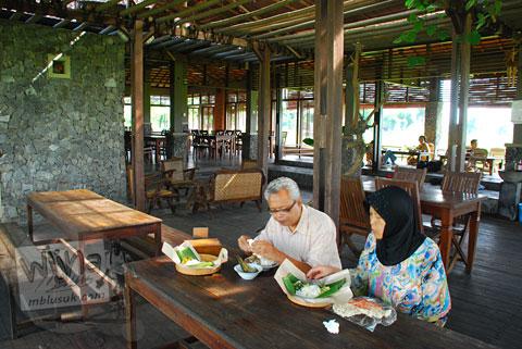 Suasana cozy rumah makan Bale Padi di Jl. Kadilangu, Baki Pandeyan, Sukoharjo pada tahun 2009