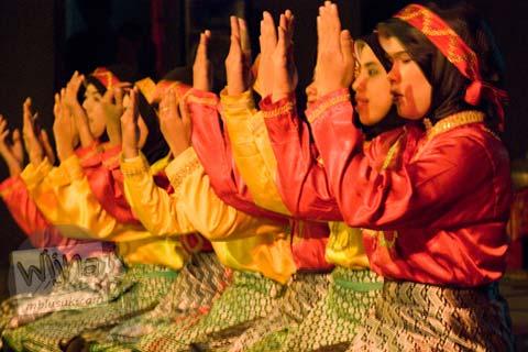Kelompok Tari Aceh UGM mementaskan Tari Saman