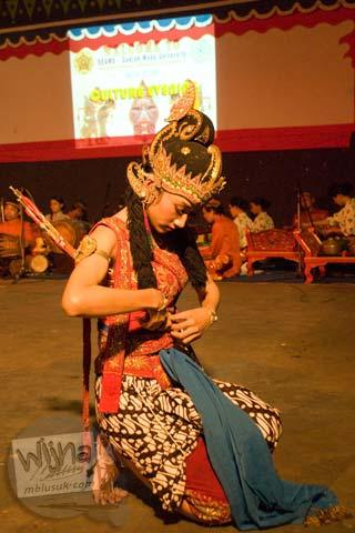Mahasiswi UGM memerankan dewi Shinta pada pentas tari ramayana