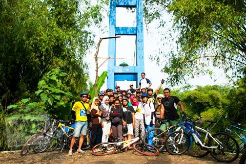 Foto pesepeda cewek cantik rame-rame di Jembatan Blawong, Jetis, Bantul pada tahun 2011