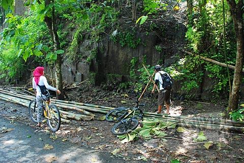 Khasiat mitos membasuh wajah di petilasan batu tetes di situs Gunung Permoni, Jetis, Bantul pada tahun 2011