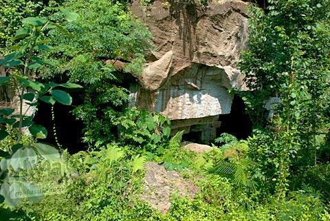 Foto tampak luar gua Permoni, Jetis, Bantul pada tahun 2011