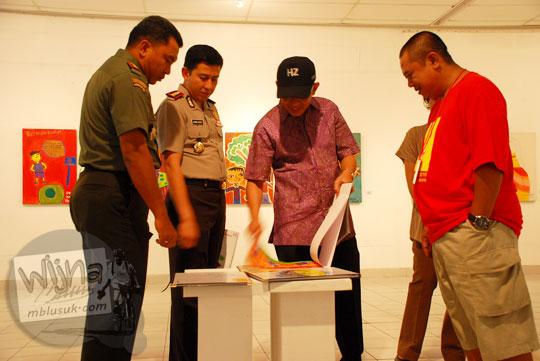 walikota herry zudianto melawan para pejabat yang terduga korupsi saat membuka pagelaran seni Binnale Anak di Taman Budaya Yogyakarta pada Januari 2010