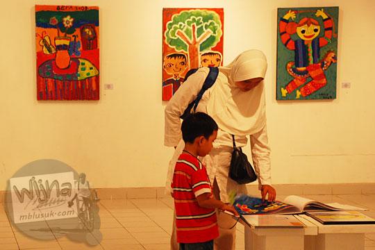 pasangan ibu dan putranya merekatkan hubungan antar anak dan orangtua dengan mengunjungi pagelaran seni Binnale Anak di Taman Budaya Yogyakarta pada Januari 2010
